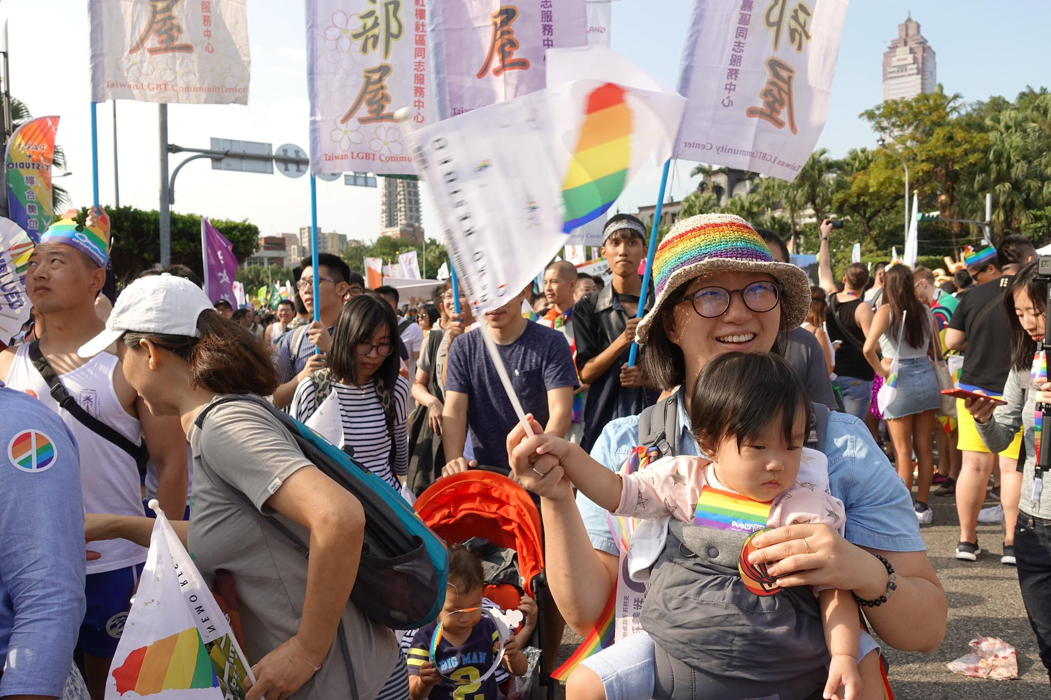 今年同志遊行,有許多家長帶著孩子一同參與。(攝影:張智琦)
