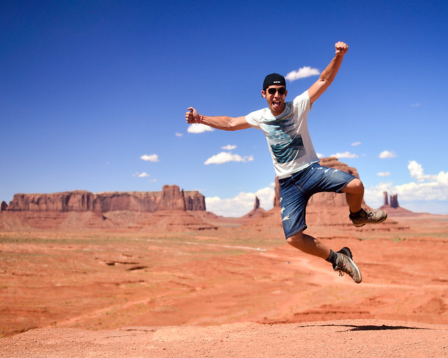 Diario de un Mentiroso saltando en Monument Valley