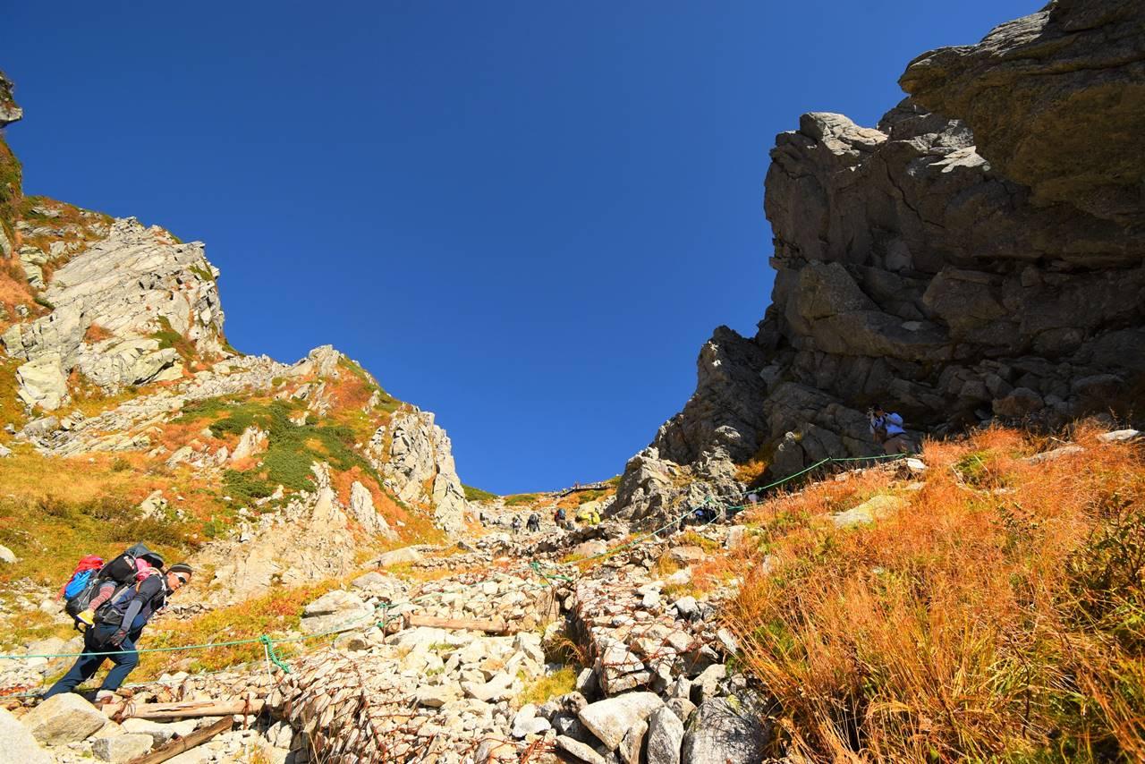 八丁坂登山・千畳敷カールの岩壁