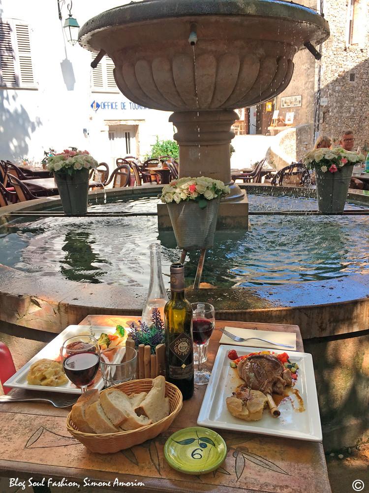 Que tal a nossa mesa? E que tal almoçar em um lugar assim com essa atmosfera romântica? Um sonho