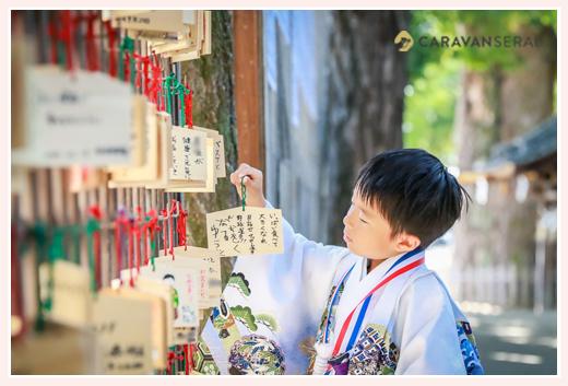 挙母神社(愛知県豊田市) 絵馬をかける5歳の男の子 七五三