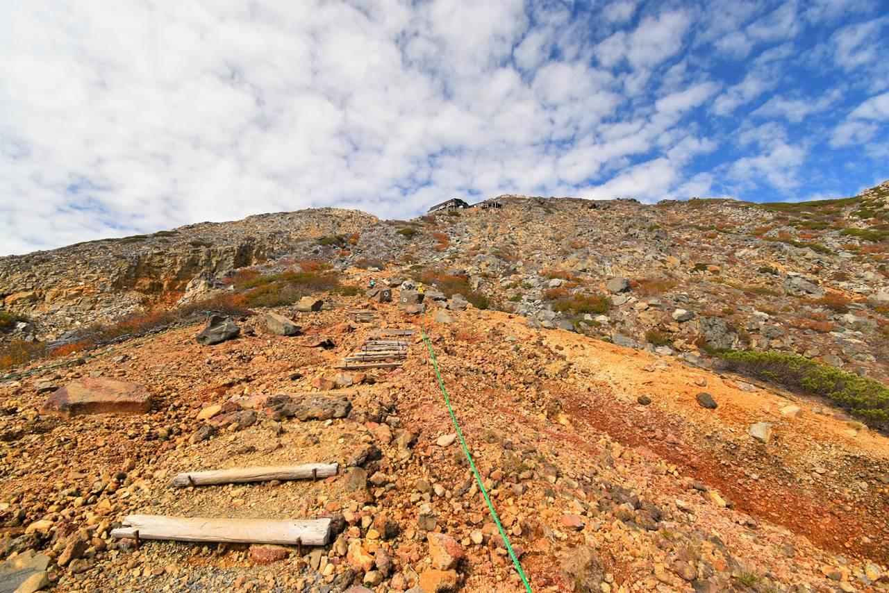 御嶽山 ガレ場の登山道