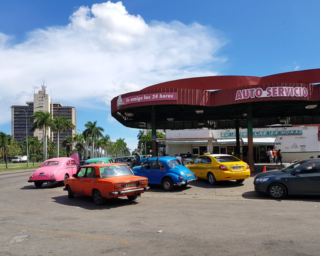 Coches en gasolinera de Cuba