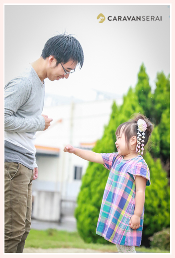 公園で遊ぶ父と娘