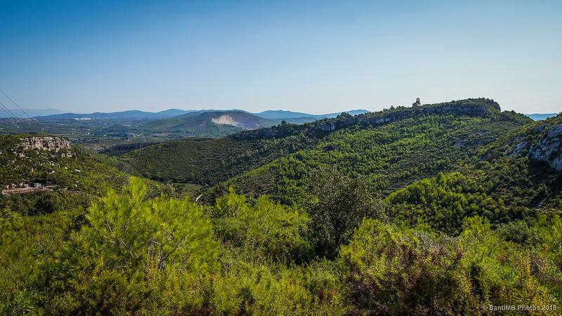 Sant Miquel d'Olèrdola y el Fondo de la Vall desde lo alto