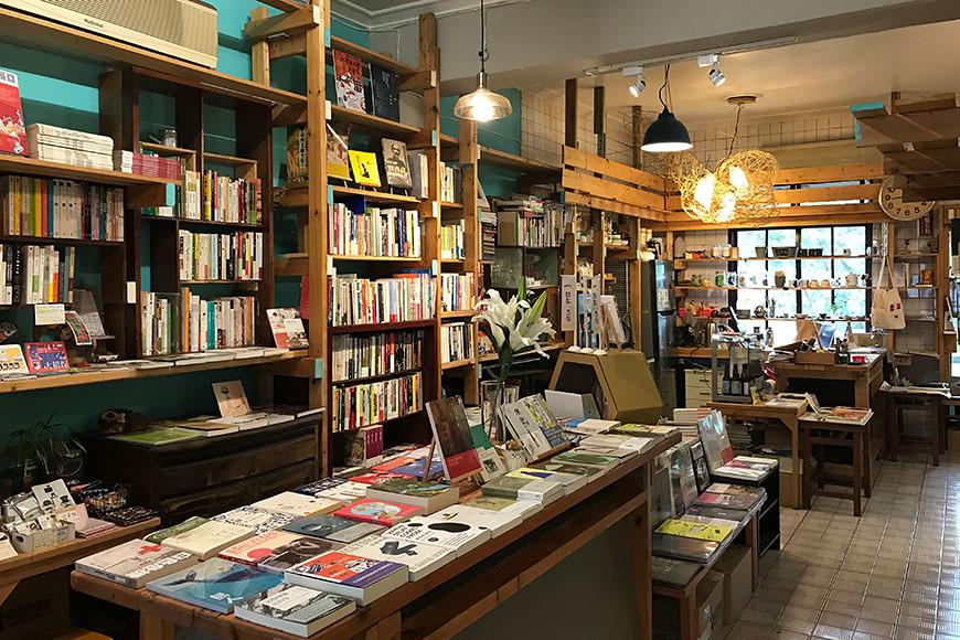 書店不只是陳列書籍的空間,而是匯集價值理念與人群的文化行動基地,因而曬書店承租一棟透天厝老房子,有更充裕的空間辦理講座、課程、影片欣賞,乃至小型展覽與演出,同時提供在地友善環境的農產品販售平台。