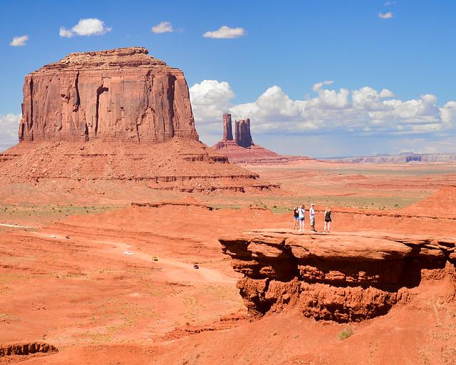 Personas en el John Ford Viewpoint, uno de los lugares que visitar en Monument Valley