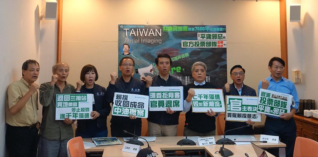 台灣健康空氣行動聯盟葉光芃與多名國民黨立委、時代力量徐永明諷明環評大會淪為國定殺戮日。賴品瑀攝。