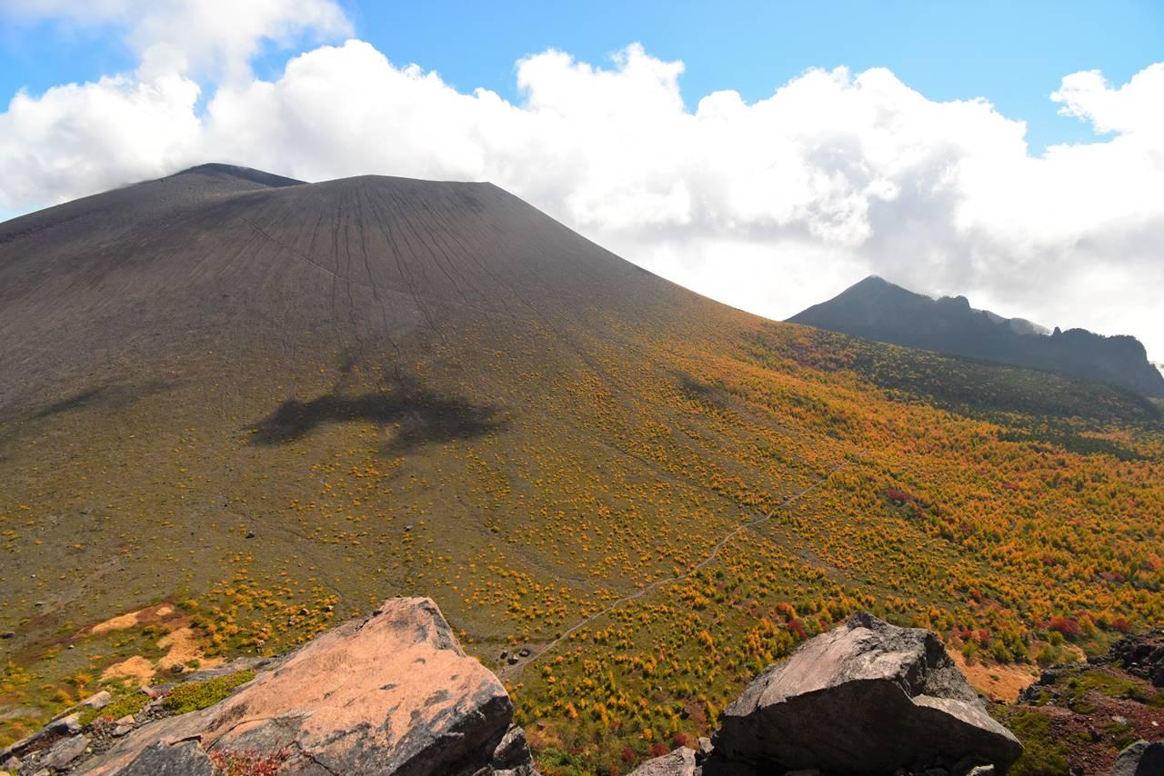 鋸岳から眺める浅間山・前掛山と賽の河原の紅葉