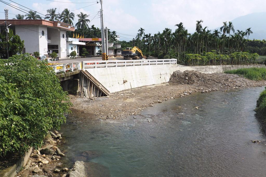 公部門突襲式的的小型堤岸工程,河道水泥化,造成棲地破壞。攝影:李育琴