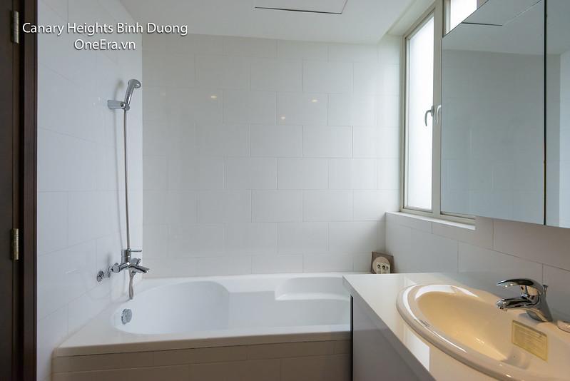phòng tắm WC có bồn tắm riêng căn hộ Canary Heights