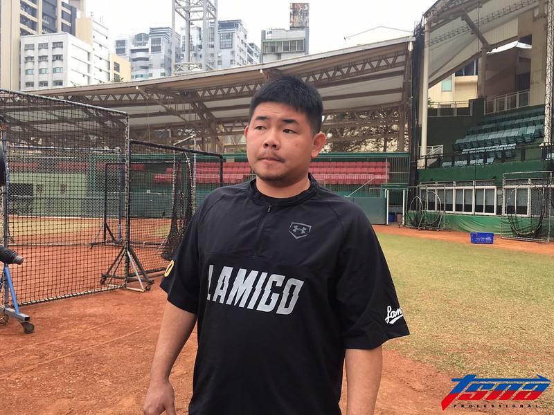 第3戰遭頭部觸身球擊中的劉時豪,休賽日球隊練球依然到場邊。(行大昀/攝)