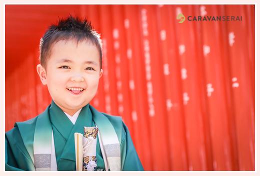 赤い鳥居で5歳の男の子の前撮り