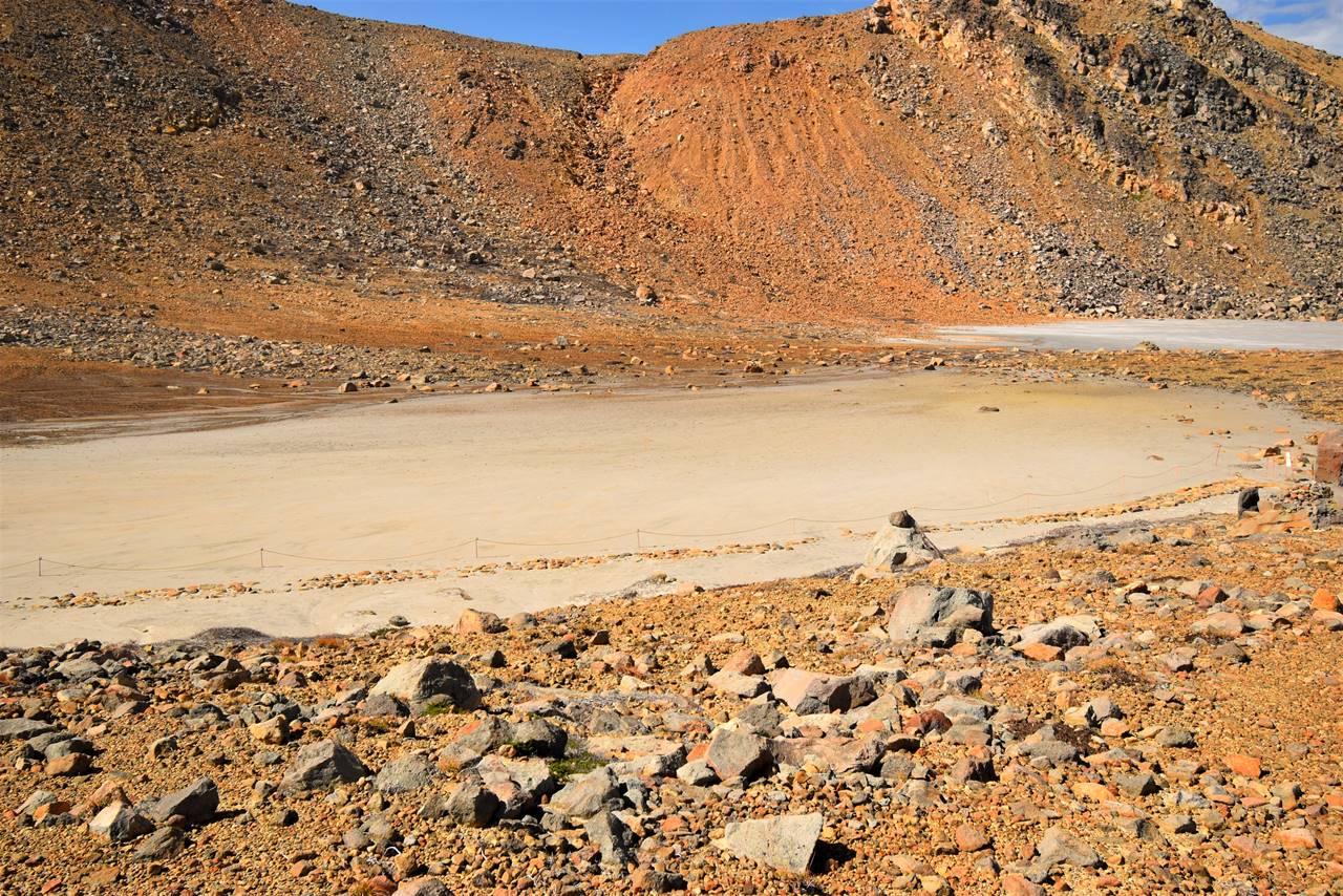 御嶽山 噴火の火山灰と土砂に埋まった二の池