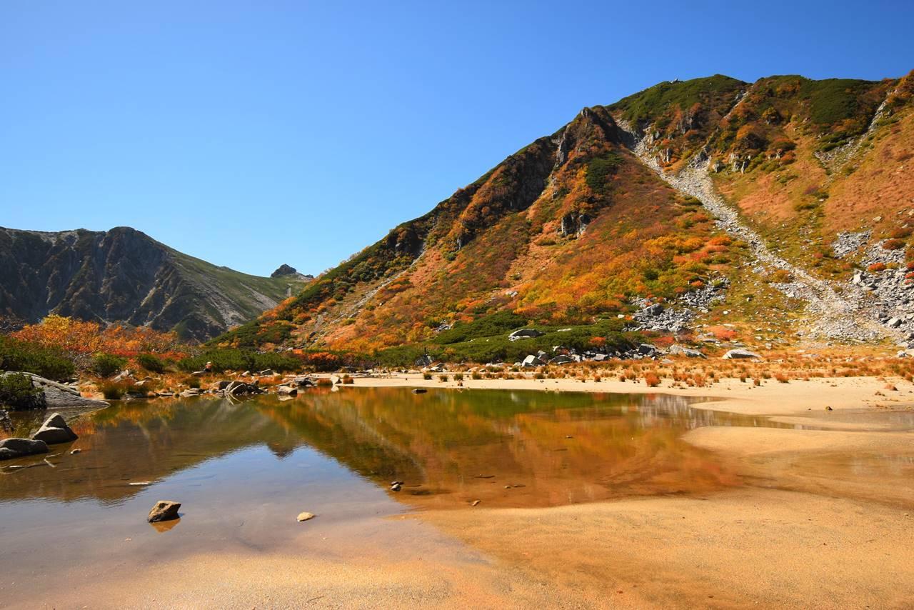 濃ヶ池からの紅葉風景と宝剣岳