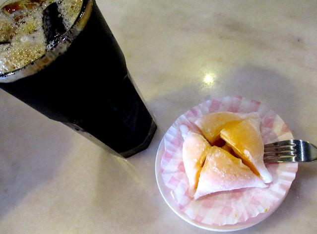 Uncle Dom Cafe kopi-o-peng & mango mochi