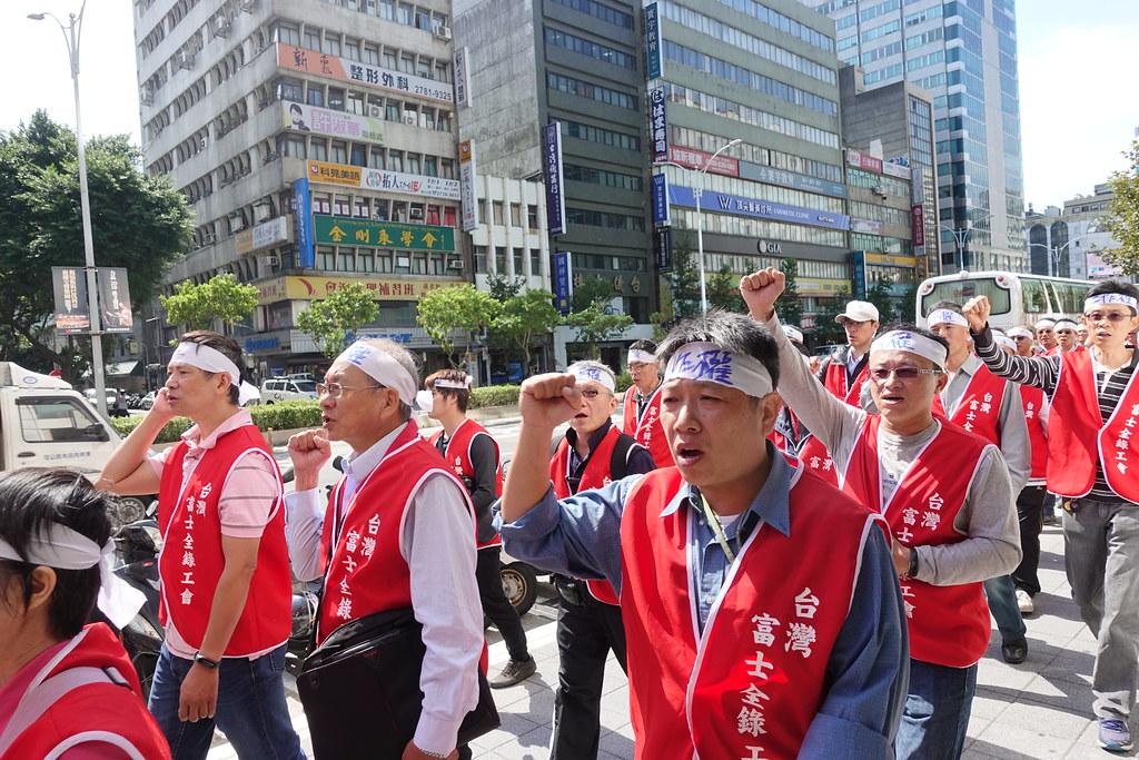 富士全錄工會遊行前往台北總公司,沿路呼口號。(攝影:張智琦)