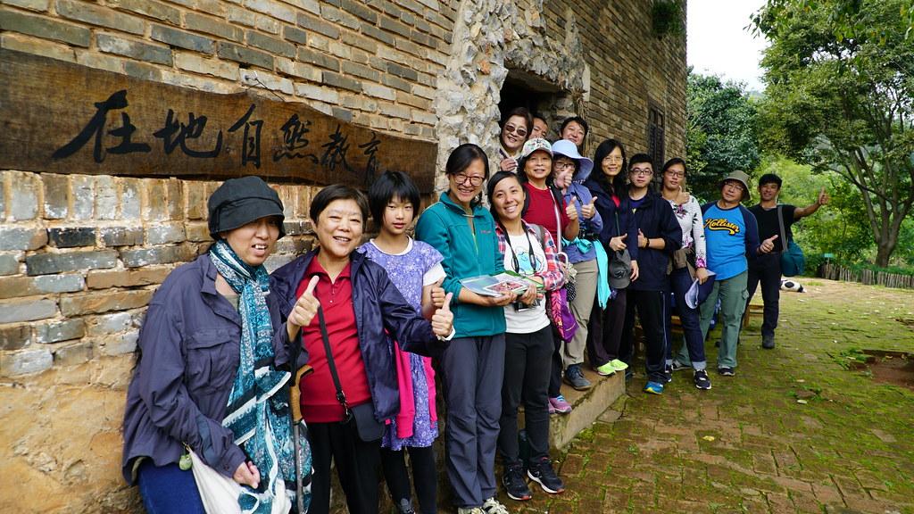 台灣參訪團員與在地自然夥伴一同在石城自然學校合影。攝影:郭志榮
