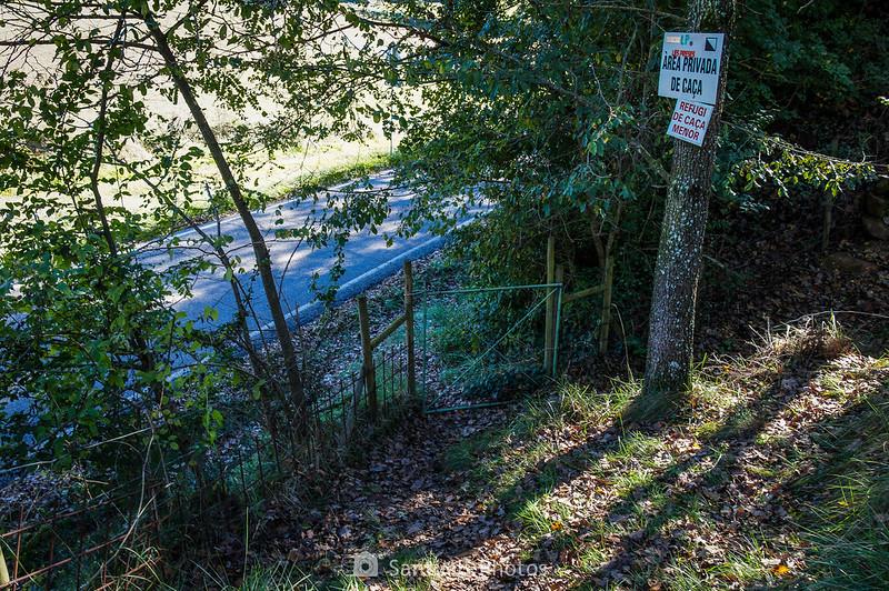 Puerta del cercado junto a la carretera del Corb