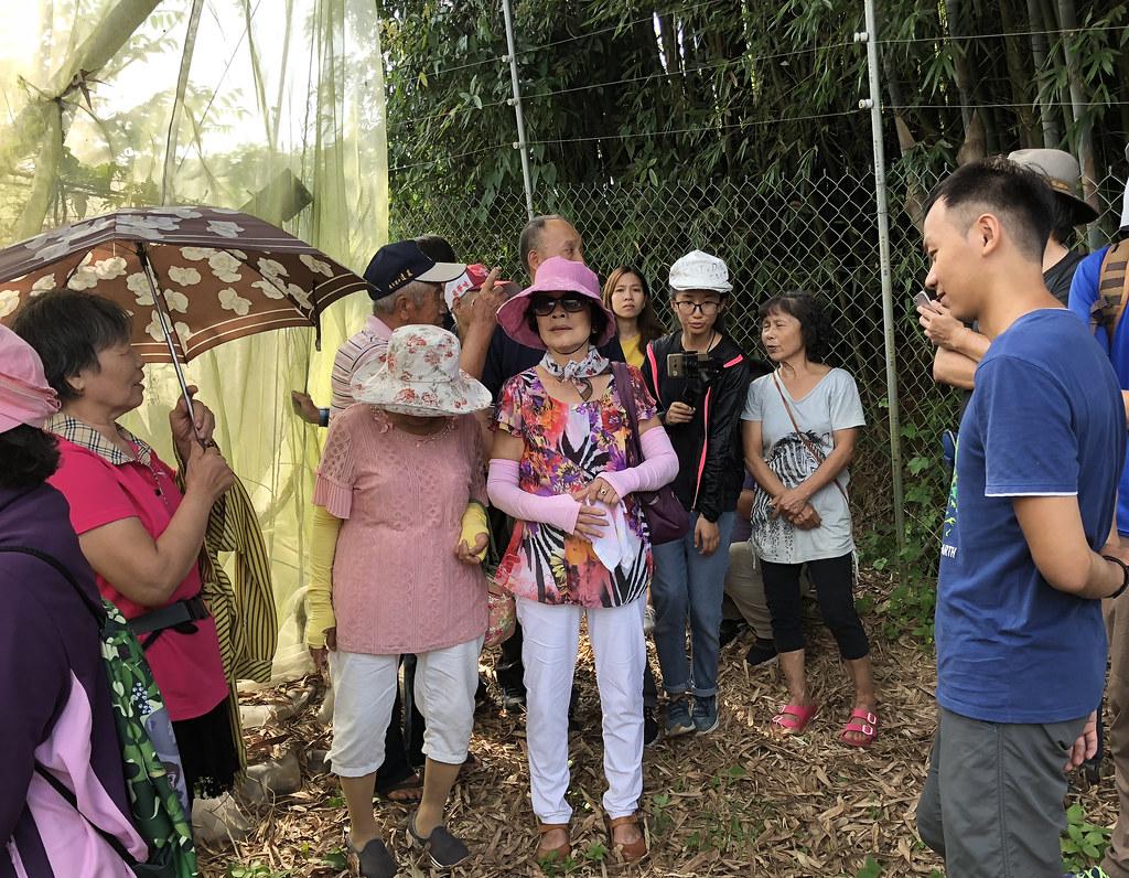 林內農民到埔里大坪頂徐松山的果園觀摩電牧器圍網,期能找出與獼猴共存之道