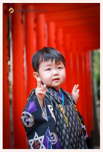 七五三 赤い鳥居と3歳の男の子