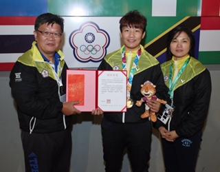 劉俐伶(中)為我國拿下第1面青奧金牌。(體育署提供)