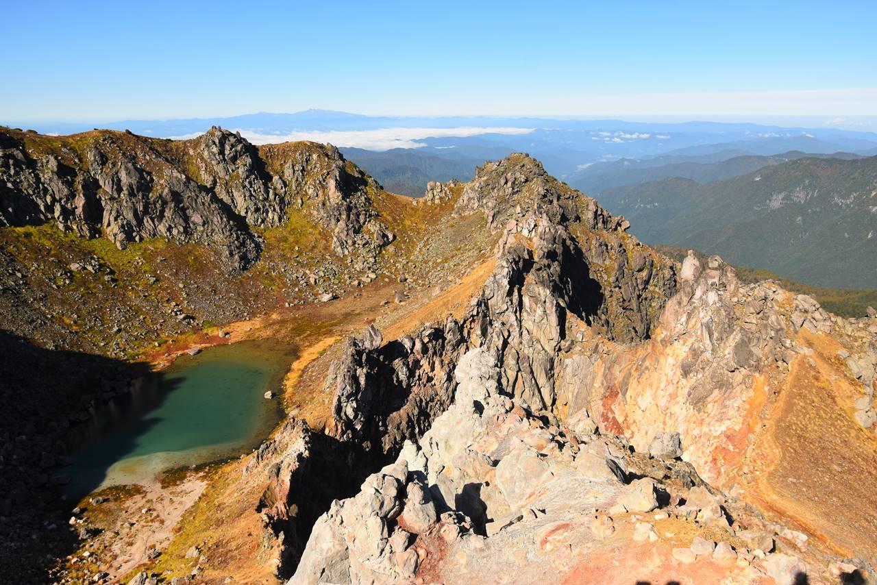 焼岳の火山湖と白山