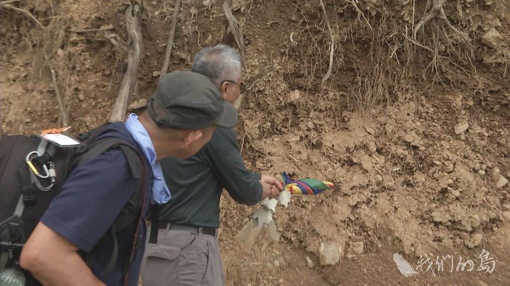 975-2-12楊國禎隨手往邊坡一剝,一片土石瞬間崩落。