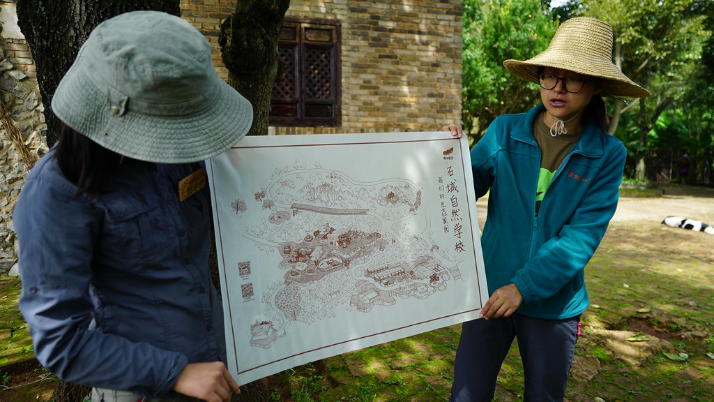 在地自然的王愉和花椒介紹石城自然學校。攝影:郭志榮
