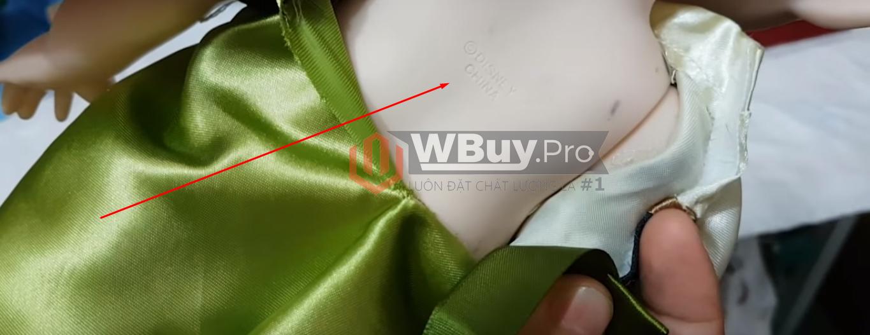 Búp bê disney có logo thương hiệu khắc chìm sau lưng