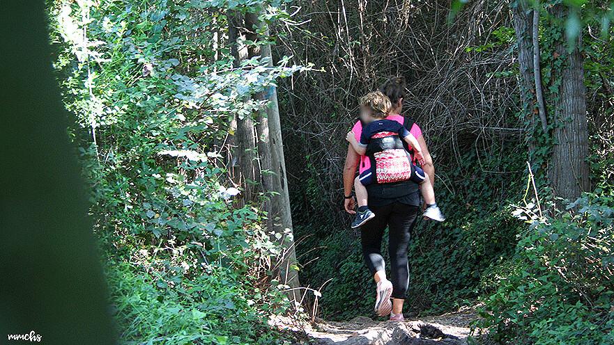 porteo a la espalda en la senda botánica de Calduch