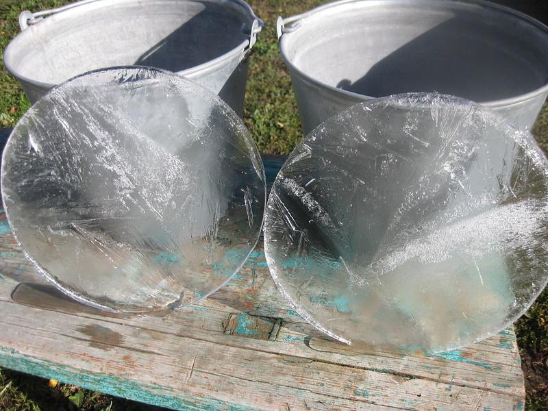Замёрзшая вода верхней части ведра