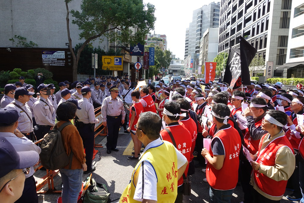 富士全錄工會在日本交流協會前和警方對峙。(攝影:張智琦)