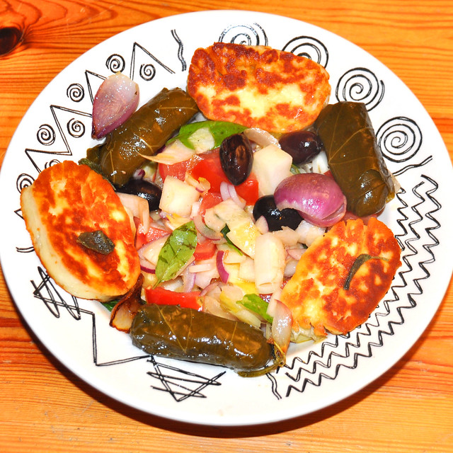Bunter Chicorée-Salat mit Tomaten, Oliven, leicht gebratenen Zwiebeln, Halloumi-Käse und gefüllten Weinblättern ... Foto: Brigitte Stolle