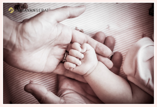赤ちゃんとパパとママの手