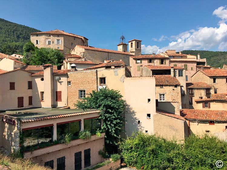 O terraço panoramico do restaurante com amplas janelas de vidro e vista linda.
