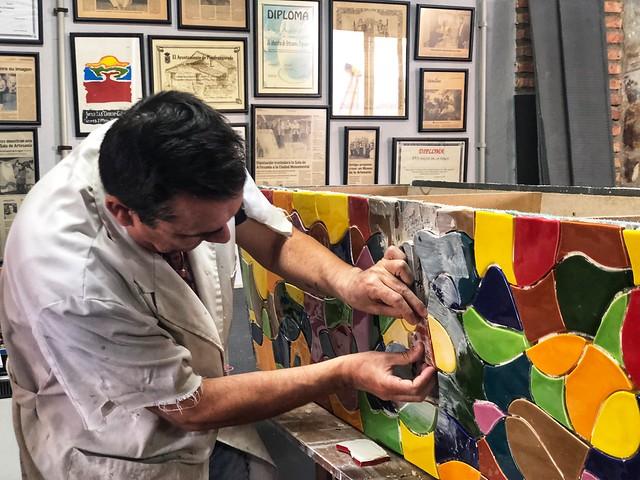 El ceramista Andrés Amores en su taller de Ceclavín (Cáceres)