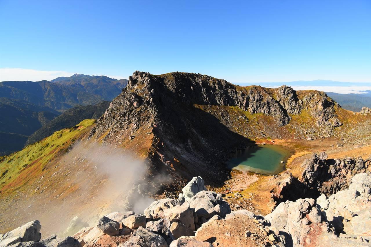 焼岳から眺める火山湖と乗鞍岳