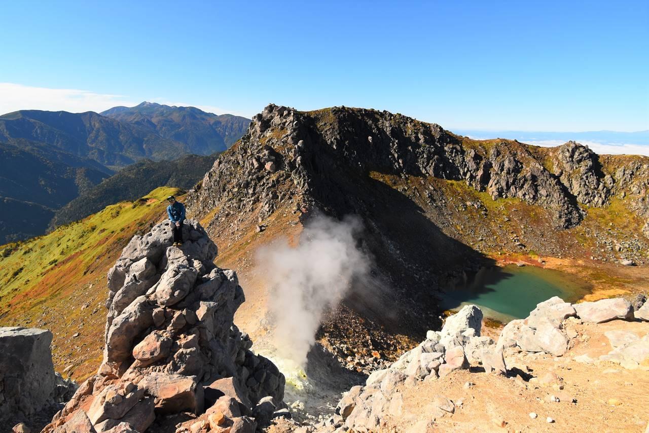 焼岳山頂から吹き出る噴煙