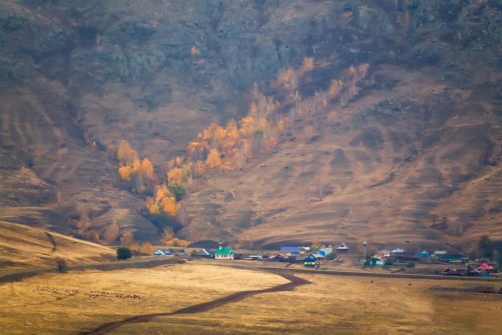И с синих гор ручьем стекает осень…