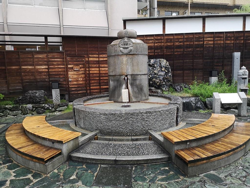 A free public footbath is located in Hojo-en Square.