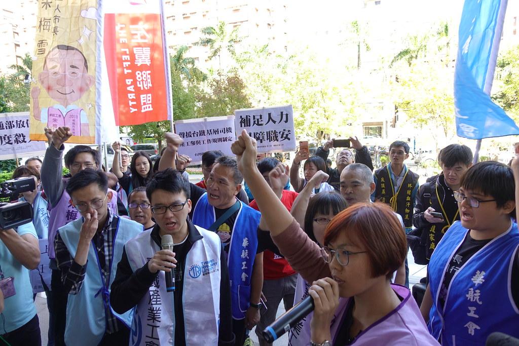 工會在交通部大門前呼口號,要求部長面對制度問題。(攝影:張智琦)