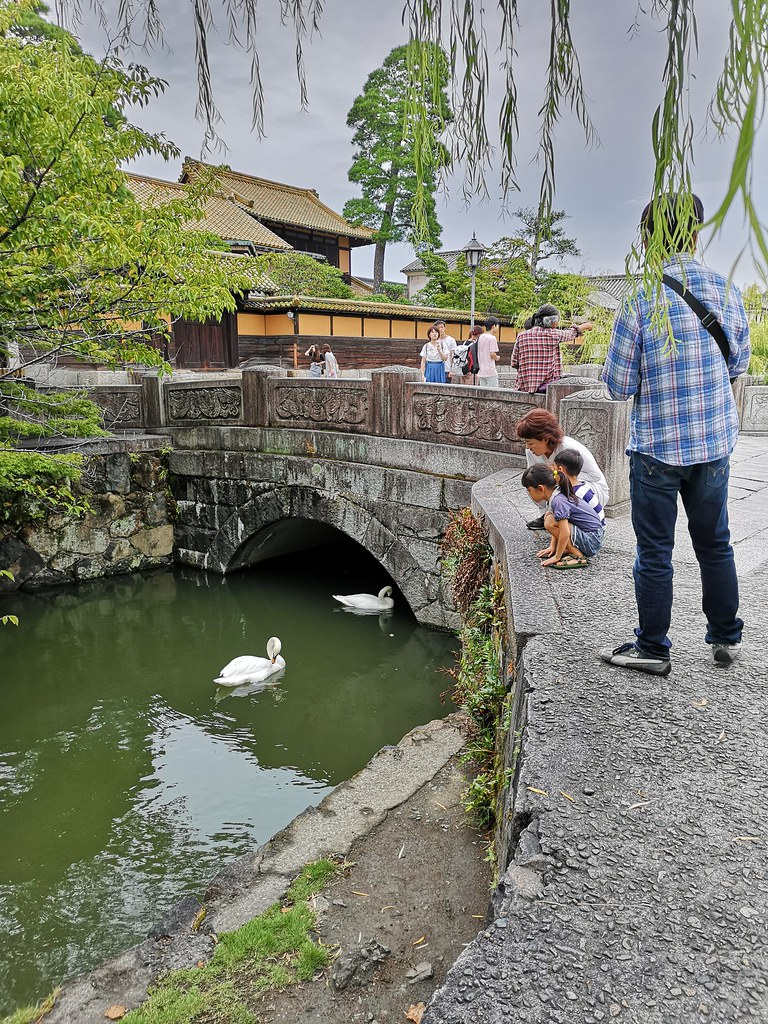Willow trees line the banks of the Kurashiki River and swans swim in the placid waters of the canal. It's no wonder that Kurashiki has earned recognition as an Important Preservation District for Groups of Traditional Buildings.