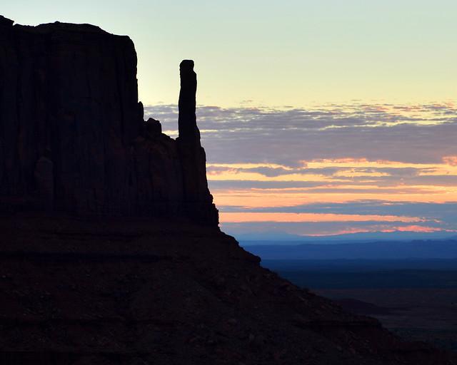 Comienza a salir el sol en Monument Valley