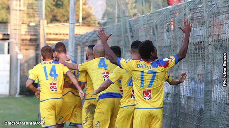 I giocatori del Catania esultano a Rende sfoggiando il nuovo font