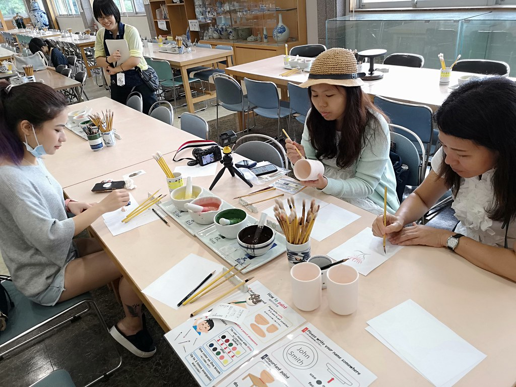 From left: Sabrina Cao of Weekender.sg, Sock Peng of Mylovelybluesky《蓝天白云数格子》and our translator Hisako-san get cracking on doing some art.