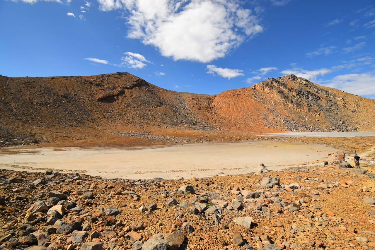 御嶽山 火山灰と土砂に埋まった二の池