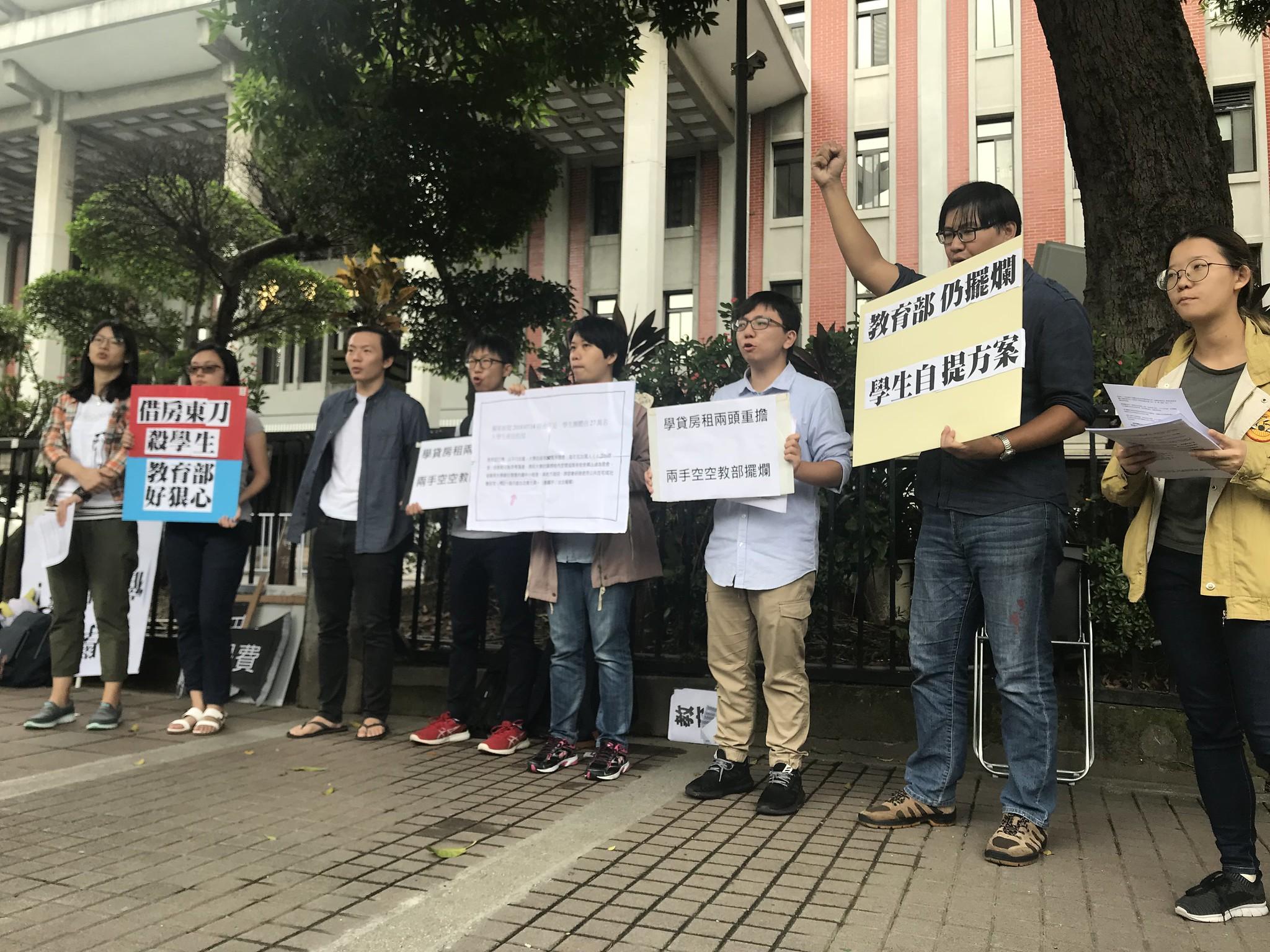 學生團體前往教育部,表達對學生宿舍既有政策的不滿。(攝影:張宗坤)