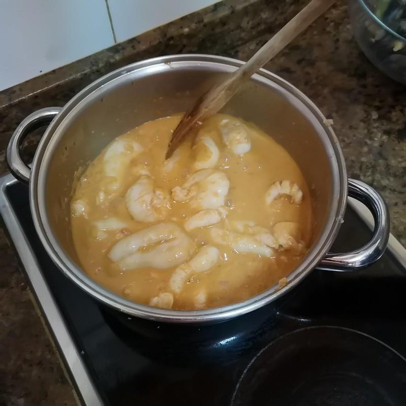 Cocinando huevos de choco
