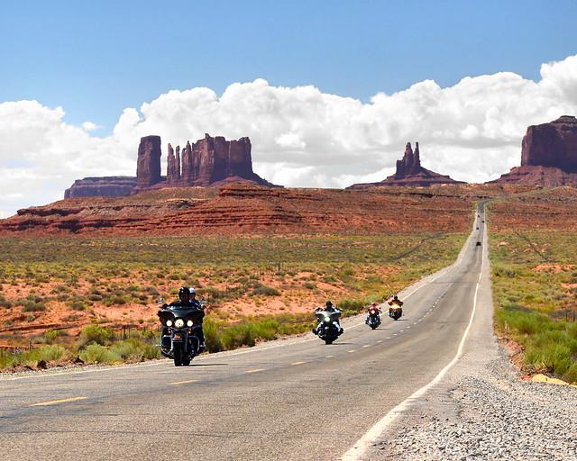 Motoristas cruzando la carretera más famosa de Monument Valley